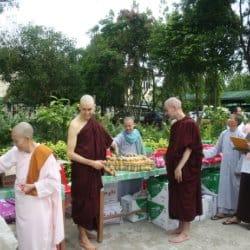 תרומה במנזר