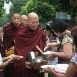 נזיר בודהיסטי אוסף תרומות אוכל